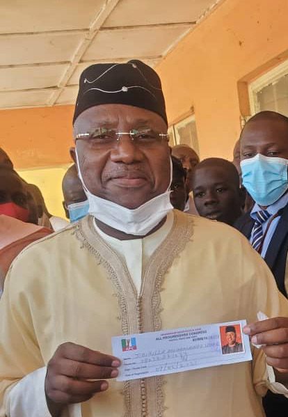 Sen Jibrilla revalidate APC m'ship card amidst hailing crowd, calls for party unity ahead of 2023 elections